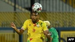 Steve Mounie tête la balle lors d'un match entre le Benin et le Cameroun, Egypte, le 2 juillet 2019.