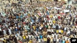 ហ្វូងបាតុករដែលប្រឆាំងនឹងប្រធានាធិបតីស៊ិរី បាស្ហា អាល់ អាសាដ (Bashar al-Assad) ដើរដង្ហែនៅតាមផ្លូវនានាក្នុងទីក្រុងហូមស៍ (Homs) កាលពីថ្ងៃទី ០៧ ខែតុលា ឆ្នាំ២០១១។
