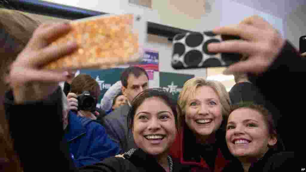 La candidate démocrate Hillary Clinton prend des photos avec les travailleurs à son bureau de campagne à Des Moines, dans l'Iowa, 1er février 2016.