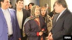 علی جنتی وزیر فرهنگ و ارشاد اسلامی ایران در یکی از نمایشگاه های فریده لاشایی در تهران