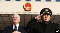美国国防部长盖茨和中国国防部长梁光烈在北京迎接盖茨的仪式上