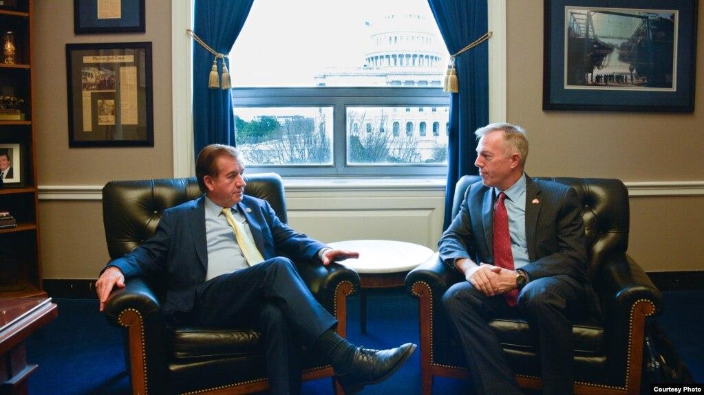 Dân biểu Ed Royce thảo luận với Đại sứ Mỹ tại Việt Nam Ted Osius tại văn phòng của ông trong Điện Capitol, Washington, ngày 4 tháng 4, 2017.