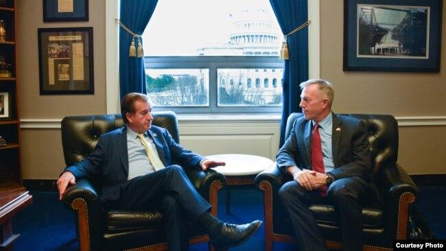 Ông Ed Royce trong cuộc gặp với Đại sứ Mỹ tại Việt Nam Ted Osius hồi tháng Tư năm 2016. Ông Royce là một trong những người tích cực vận động cho tự do của mục sư Chính.