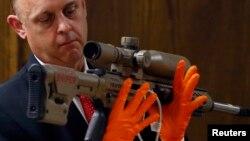 """Un policía tejano muestra el rifle calibre .308 que utilizaba el """"American Sniper"""" Chris Kyle. Su asesino ha sido condenado a cadena perpetua."""