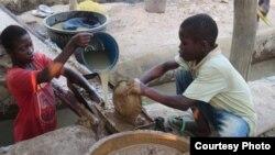 Enfants travaillant dans une mine d'or illégale au Ghana. (Crédit: HRW / Juliane Koppenberg)