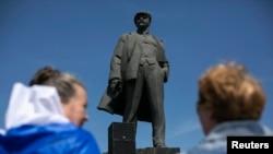Những người ủng hộ ly khai đứng trước tượng đài kỷ niệm nhà lãnh đạo Xô viết Vladimir Lenin trong cuộc biểu tình ở Donetsk