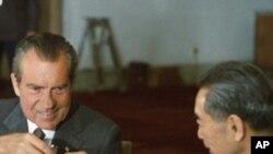 尼克松1972年2月在北京和周恩来碰杯