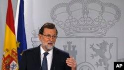 ນາຍົກລັດຖະມົນຕີ ສເປນ ທ່ານ Mariano Rajoy ກ່າວຄຳຖະແຫຼງການທີ່ທຳນຽບ Moncloa ໃນນະຄອນຫຼວງ ມາດຣິດ, 11 ຕຸລາ, 2017.