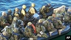 키스마유의 소말리아 반군 알샤바브를 공격할 준비를 하고있는 케냐군들