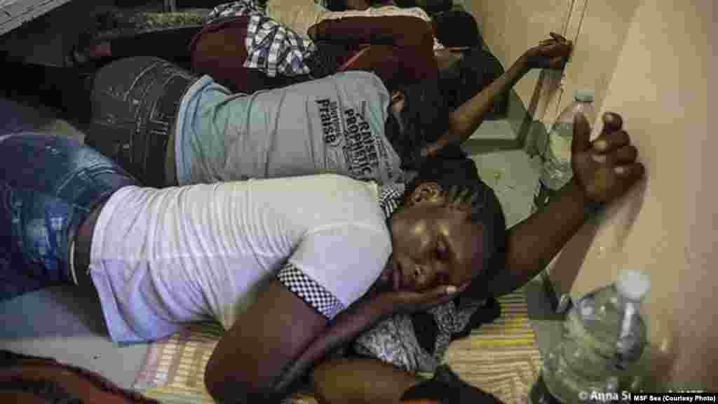 Sur 119 personnes secourues lundi 4 août, 40 sont femmes. Elles se reposent, sou le poids de la fatigue, sur le pont du bateau Dignité.