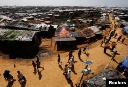 Refugiados rohinya en el campamento de refugiados de Kutupalong, cerca de Cox's Bazar, Bangladesh, 6 de noviembre de 2017. (Archivo)