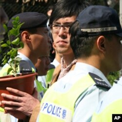 手捧茉莉花树苗者被警方阻挡