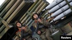 Soldats nord-coréens devant des lance-roquettes lors du défilé célébrant le 70e anniversaire du Parti des travailleurs au pouvoir en Corée du Nord, à Pyongyang, le 10 Octobre 2015