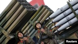Para tentara memegang senjata di truk yang berisi peluncur roket saat parade ulang tahun ke-70 didirikannya Partai Buruh Korea Utara di Pyongyang, 10 Oktober 2015. (Foto: dok.)