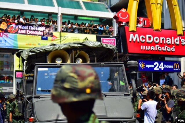 Crowd cheers in Bangkok as an army loudspeaker truck leaves, May 25, 2014. Moments later so did all the soldiers. (Steve Herman/VOA).