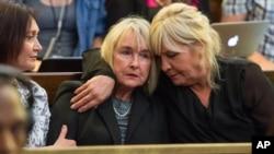 La mère de Reeva Steenkamp écoute la décision du juge de la Cour d'appel, le 3 décembre 2015. (AP Photo/Johan Pretorius, Pool)