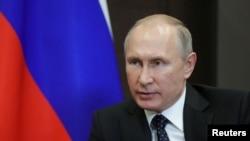 """Tổng thống Nga Vladimir Putin hôm thứ Bảy ký thành luật những dự luật mới cho phép nhà chức trách định danh các cơ quan truyền thông nước ngoài là """"đại diện nước ngoài."""""""