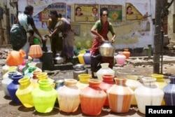 بھارت کے شہر حیدر آباد میں لوگ پانی لینے کے لیے ایک ہینڈ پمپ پر اپنی باری کا انتظار کر رہے ہیں۔