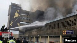 Para petugas pemadam kebakaran berupaya menjinakkan si jago merah di Bandara Internasional Jomo Kenyatta di ibukota Nairobi, Kenya (7/8).
