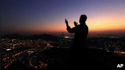 Wani al-Haji yana addu'a a kan Jabal al-Noor (dutsen haske) wanda ke bayangarin birnin Makkatul Mukarrama
