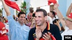 Henrique Capriles y Leopoldo López se unieron para las elecciones primarias de la mesa de unidad, lo que Borges alabó.