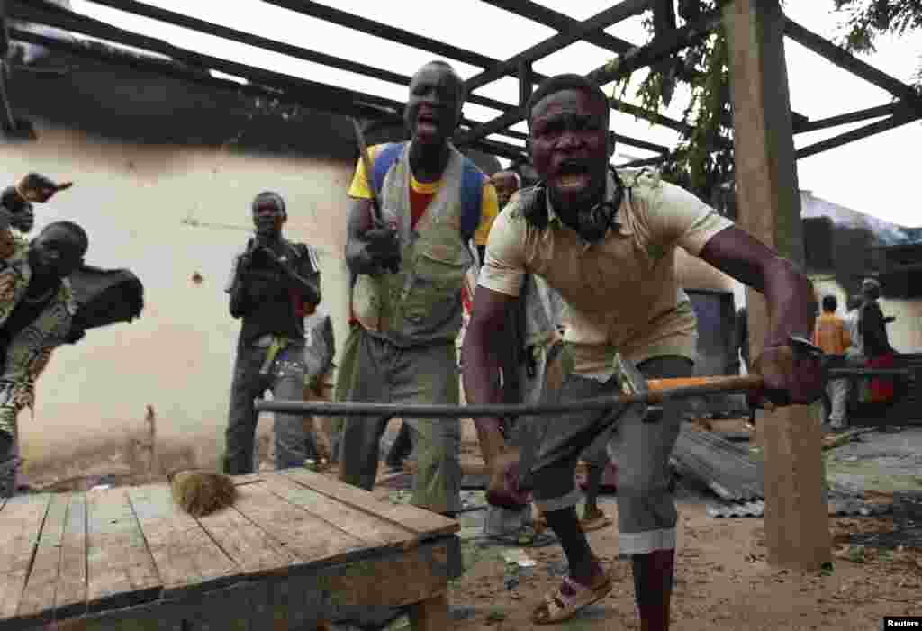 A mob loots a building in Bangui, Central African Republic, Dec. 10, 2013.