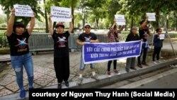 Khoảng 10 nhà hoạt động biểu tình về vụ Bãi Tư Chính ở phía trước Đại sứ quán Trung Quốc ở Hà Nội, 6/8/2019 (nguồn ảnh: Facebook Lê Hoàng)