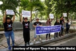 Khoảng 10 nhà hoạt động biểu tình về vụ Bãi Tư Chính ở phía trước Đại sứ quán Trung Quốc ở Hà Nội, 6/8/2019