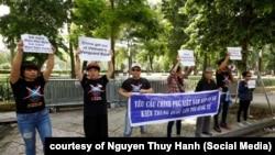 Khoảng 10 nhà hoạt động biểu tình về vụ Bãi Tư Chính ở phía trước Đại sứ quán Trung Quốc ở Hà Nội, 6/8/2019.