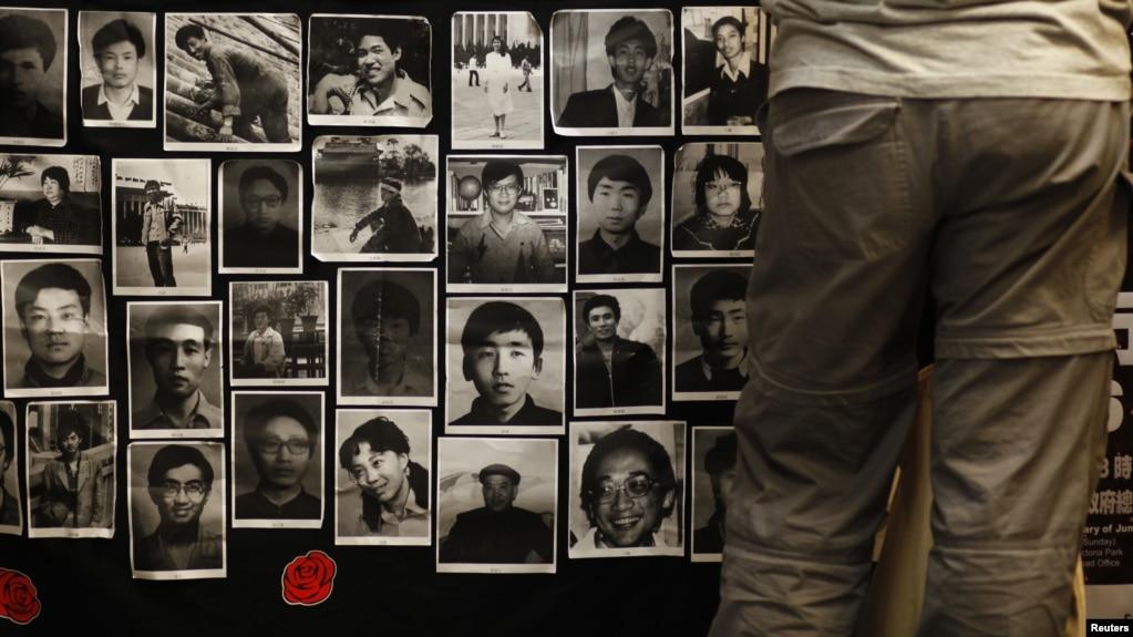 香港大学的六四纪念馆里张贴的八九六四死难者照片。(2013年6月3日)
