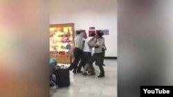 Hình ảnh trích ra từ đoạn phim đăng tải trên kênh YouTube cho thấy hải quan Việt Nam đang xô xát với một nam hành khách.