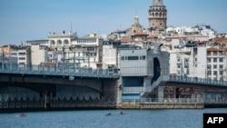 بحیرہ روم اور بحر اسود کو ملانے والی آبنائے باسفورس استنبول کے گنجان آباد علاقے سے گزرتی ہے۔ فوٹو، اے ایف پی