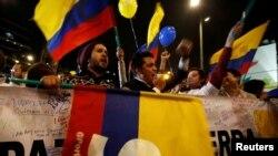 Moun ki tap selebre apre gouvènman Kolonbi a ak lidè rebèl FARC yo te fin jwenn yon akò lapè final nan La Avàn, Kiba, nan jounen mèkredi 24 out 2016 la.
