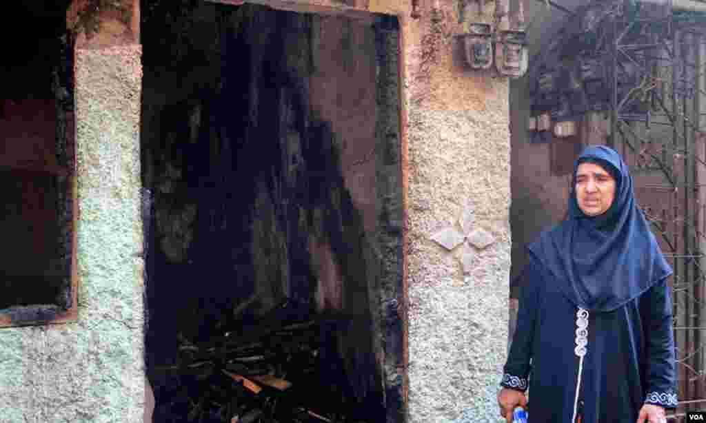 معراج بانو آگ سے متاثرہ اسماعیل بلڈنگ نمبر سات کے قریب کھڑی ہیں۔