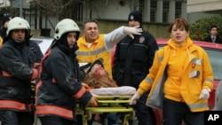 1일 터키 주재 미국대사관 입구에서 자살폭탄 공격이 발생한 가운데, 부상자를 옮기는 구급요원들.