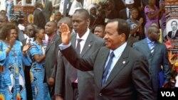 Presiden Kamerun Paul Biya melambaikan tangan kepada para pendukungnya di Yaounde (foto:dok).