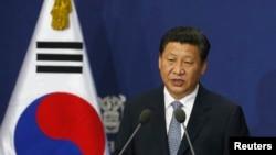 Presiden China Xi Jinping menyampaikan pidatonya di Seoul National University, Seoul (4/7).