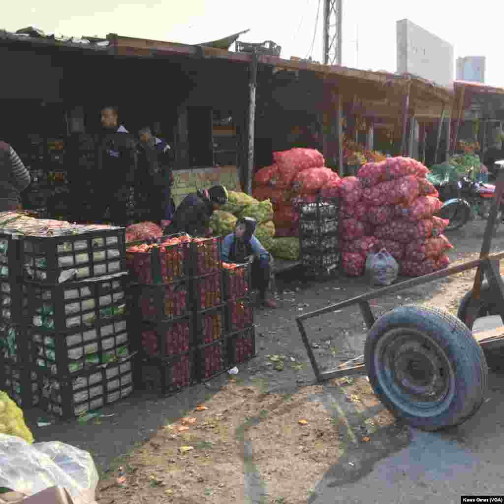 سبزی اور فروٹ کے بازار کا ایک منظر۔