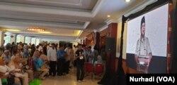 Sebagian pendukung menyimak pidato Prabowo dari luar ruangan. (Foto:VOA/Nurhadi).