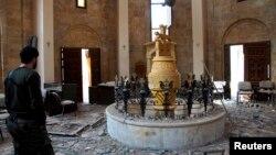 «Սիրիայի ազատ բանակ»-ի մարտիկներից մեկը՝ Դեյր ալ-Զորի հայկական քանդված եկեղեցում, 5 մարտի 2013թ.
