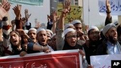 Warga Pakistan melakukan unjuk rasa mendukung Undang-undang Penistaan Agama dalam aksi di Islamabad bulan lalu (foto: dok).