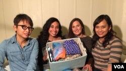Rachel Frey (kedua dari kiri) bersama reporter VOA dan pakaian yoga yang diproduksinya di San Francisco. (Foto: VOA)