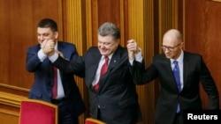 Tổng thống Petro Poroshenko, giữa, Thủ tướng Ukraine được tái bổ nhiệm Arseniy Yatsenyuk, phải, và Chủ tịch Quốc hội mới của Ukraine Volodymyr Groysman trong phiên họp quốc hội ở Kiev, 27/11/2014.