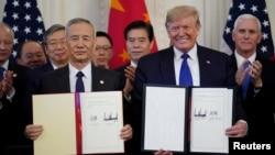 """美國總統唐納德特朗普在華盛頓白宮東廳簽署美中貿易協定""""第一階段""""後與中國國務院副總理劉鶴站在一起。(2020年1月15日)"""