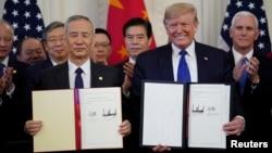 美國總統特朗普和中國國務院副總理劉鶴在白宮簽署了美中第一階段貿易協議。(2020年1月15日)