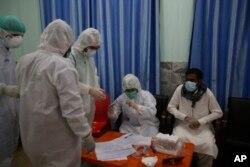 پاکستان میں طبی عملہ کرونا کی ٹیسٹنگ کر رہا ہے۔