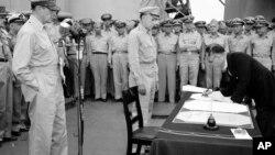 Ceremonia de rendición de Japón, con representantes de EE.UU. y Japón, hace 75 años.