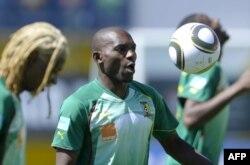 Geremi Njitap lors d'un entrainement au stade Santos Pinto Stadium de Covilha, Portugal, 31 mai 2010