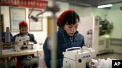 朝鲜妇女在平壤纺织袜厂(2017年1月9日)