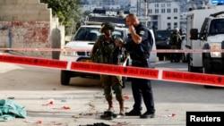 Lực lượng an ninh Israel đứng tại hiện trường của một vụ tấn bằng dao mà theo quân đội Israel là do một người Palestine thực hiện, tại Tal- Rumida thuộc thành phố Bờ Tây Hebron, ngày 17 tháng 09 2016.